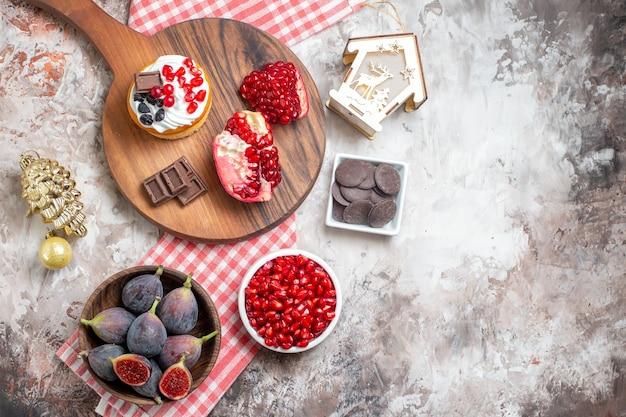 밝은 배경에 신선한 과일과 함께 상위 뷰 맛있는 케이크