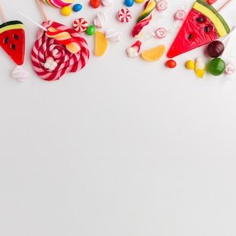 Вид сверху вкусные конфеты с копией пространства