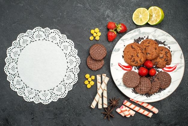 Вид сверху вкусное шоколадное печенье для чая на темном фоне сладкое печенье сахарный чай Бесплатные Фотографии