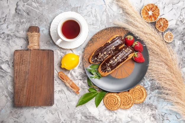 하얀 케이크 디저트 비스킷에 차 한 잔을 곁들인 맛있는 초코 에클레어