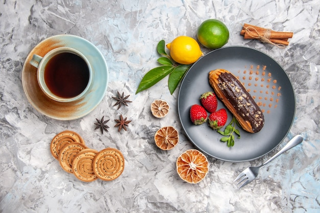 Vista dall'alto deliziosi bignè al cioccolato con frutta e tè su un biscotto leggero da dessert