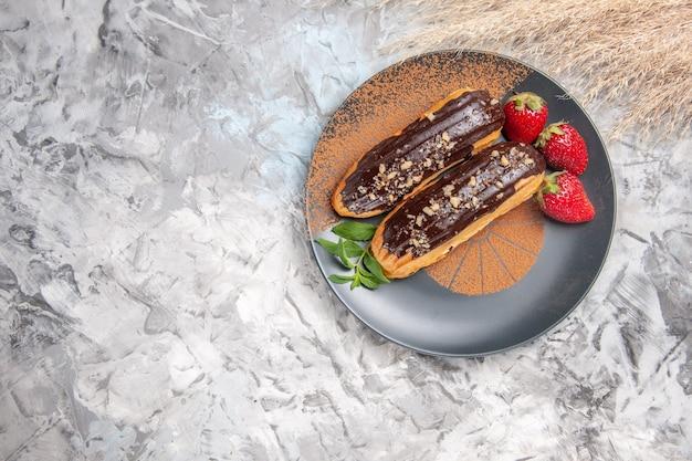 軽いデザートビスケットクッキーにイチゴとおいしいチョコエクレアの上面図