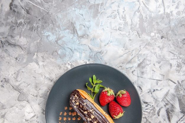 軽いデザートケーキフルーツにイチゴとおいしいチョコエクレアの上面図
