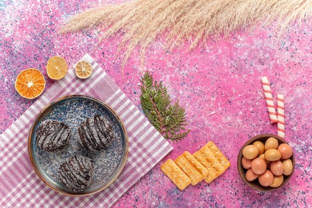 Vista dall'alto gustose torte al cioccolato con cracker sul rosa