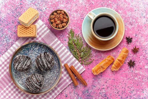 ピンクのティーワッフルのカップとトップビューおいしいチョコレートケーキ