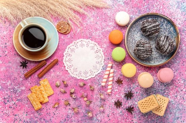 ピンクにマカロンが入ったトップビューのおいしいチョコレートケーキ