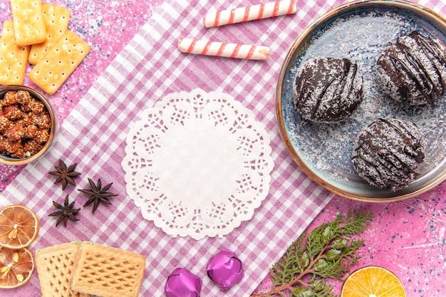 핑크에 와플과 상위 뷰 맛있는 초콜릿 케이크