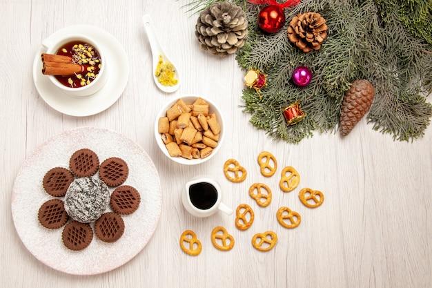 白の小さなココアケーキとお茶とトップビューおいしいチョコレートクッキー