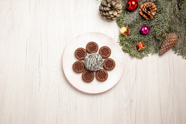 白の小さなココアケーキとトップビューおいしいチョコレートクッキー