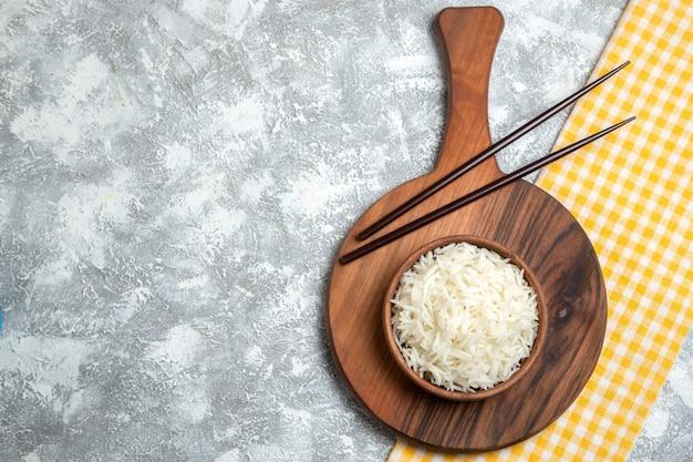 흰색에 갈색 접시 안에 상위 뷰 맛있는 밥