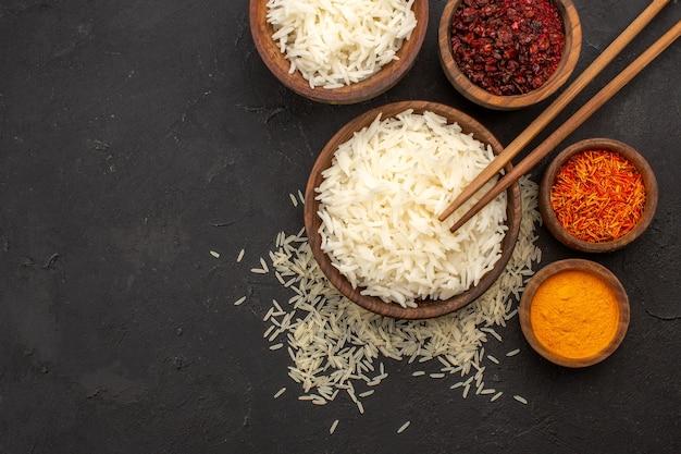 Vista dall'alto gustoso riso cotto gustoso pasto orientale con condimenti al buio