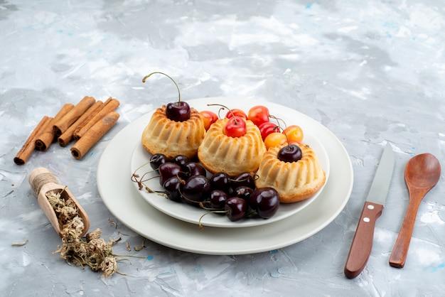 Una vista dall'alto gustosi biscotti con ciliegie biscotto frutta tè