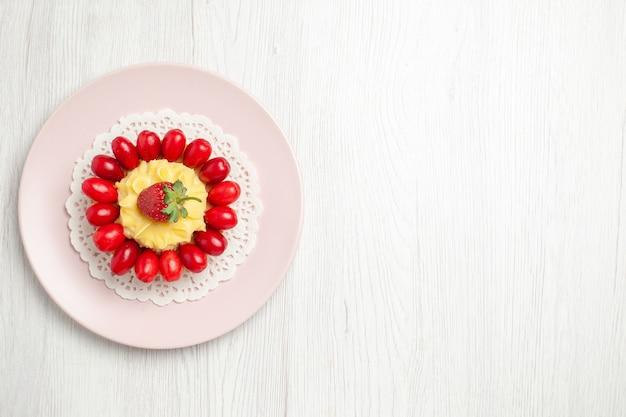 Torta di crema gustosa vista dall'alto con cornioli sulla scrivania bianca