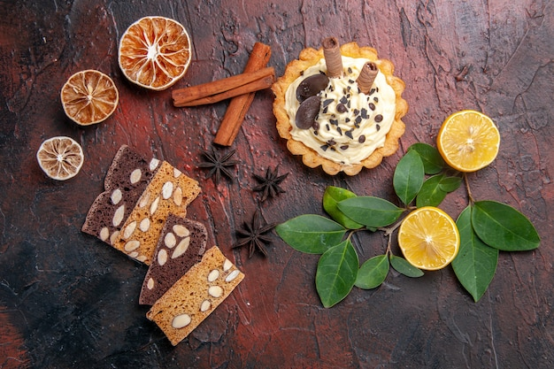 Torta cremosa gustosa vista dall'alto con torta sulla torta di biscotti dolci dessert tavolo scuro