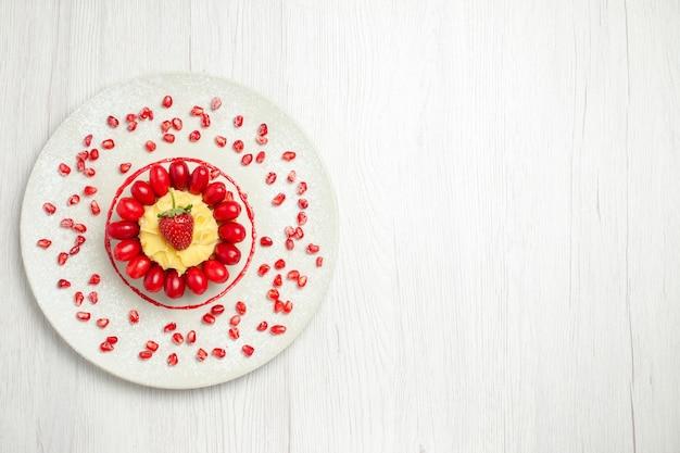 Vista dall'alto gustosa torta cremosa con cornioli sulla scrivania bianca