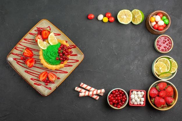 Torta cremosa gustosa vista dall'alto con frutta sullo sfondo grigio dolce biscotto colore dessert