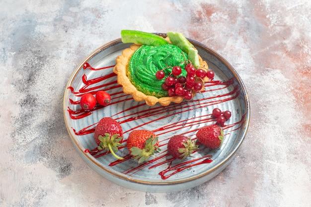 Vista dall'alto gustosissima torta cremosa con frutta sul dolce del dolce del biscotto del pavimento leggero