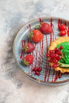 Vista dall'alto gustosa torta cremosa con frutta sulla torta dolce da dessert biscotto tavolo leggero