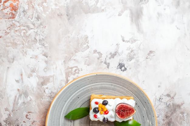 Vista dall'alto gustose torte cremose con frutta fresca su sfondo chiaro