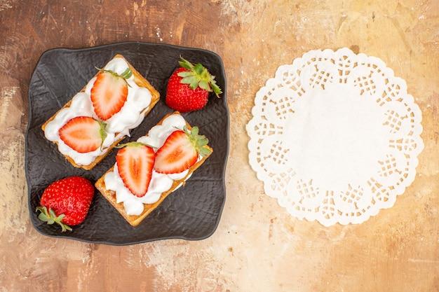 Vista dall'alto gustose torte cremose con frutta su sfondo chiaro