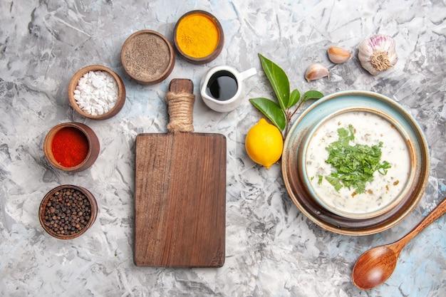 흰 우유 수프 접시 유제품에 조미료를 넣은 맛있는 도브가 요구르트 수프