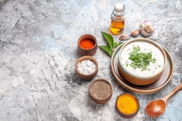 흰색 책상 우유 수프 접시 유제품에 조미료를 곁들인 맛있는 도브가 요구르트 수프