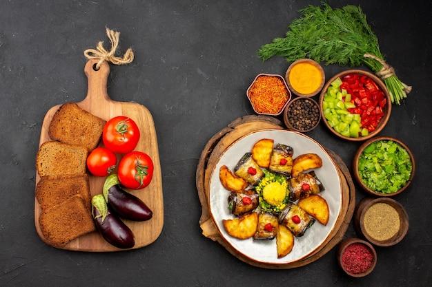 上面図おいしい茄子は、暗い表面にジャガイモと調味料を入れた調理済みの料理を巻く料理食事ディナーフード