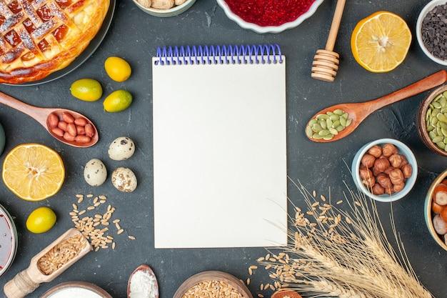 ダークカラーの食品生地ナッツ写真レーズンにジャムの卵とナッツを添えた上面図おいしいフルーツパイ