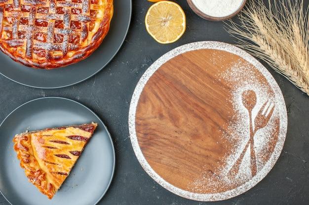Vista dall'alto torta di frutta gustosa con marmellata su pasta grigia torta di biscotti torta di biscotti torta di tè dolce cuocere