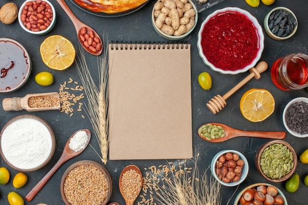 上面図濃い色の食品生地ナッツ写真ケーキレーズンに種子卵とナッツのおいしいフルーツパイ