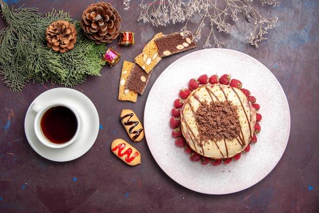Vista dall'alto di gustosi pancake alla frutta con una tazza di tè al buio