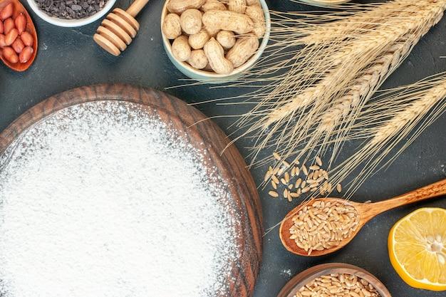 トップビューダークフルーツの甘いパイシュガーケーキティーデザートビスケットに小麦粉とナッツのおいしいフルーティーパイ