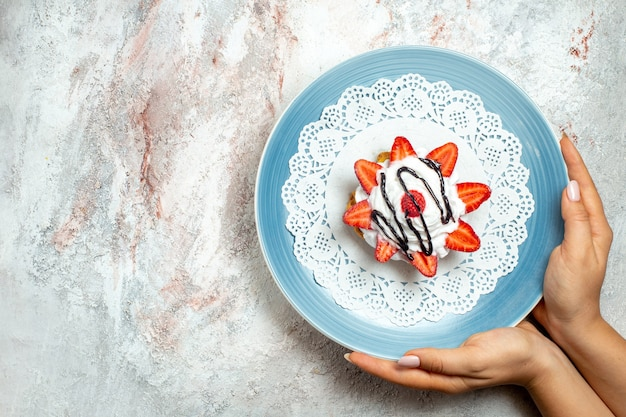흰색에 크림과 딸기와 상위 뷰 맛있는 작은 케이크
