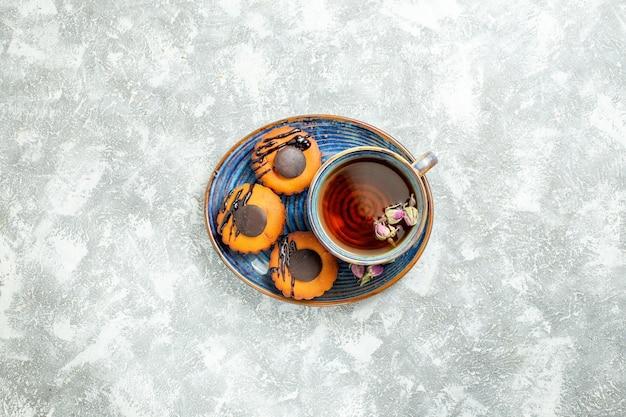 흰색 표면 케이크 비스킷 쿠키 디저트 차 달콤한 위에 차 한 잔을 곁들인 맛있는 작은 케이크