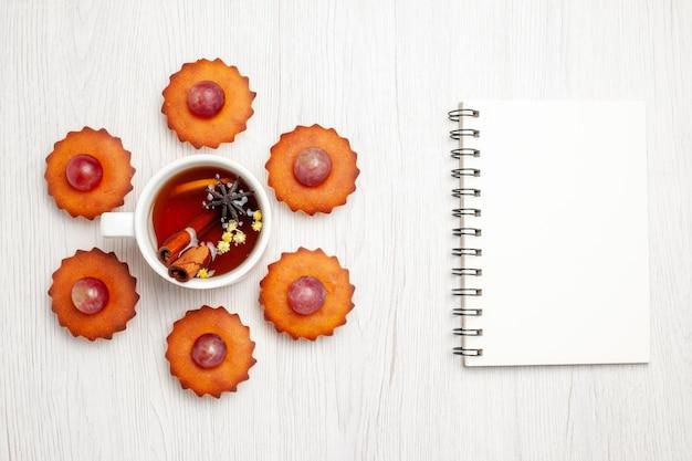 上面図白い表面にお茶を入れたおいしい小さなケーキデザートビスケットティーケーキパイクッキー