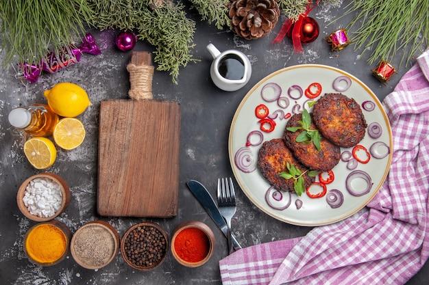 ライトグレーの背景の食事の写真皿に調味料を入れた上面図おいしい肉カツレツ