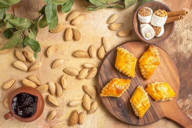上面図木製の背景にナッツとおいしいナッツケーキ