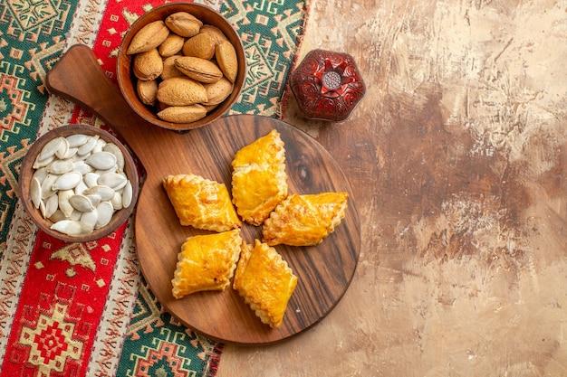 Vista dall'alto di deliziosi pasticcini di noci con noci sullo sfondo marrone
