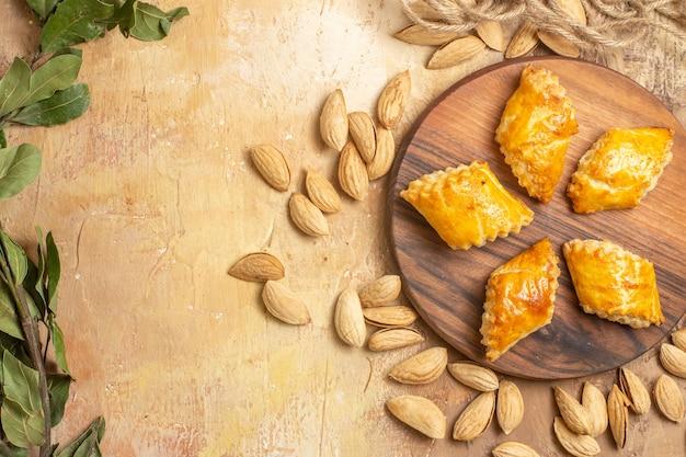 Vista dall'alto squisiti pasticcini di noci con noci sullo scrittorio di legno