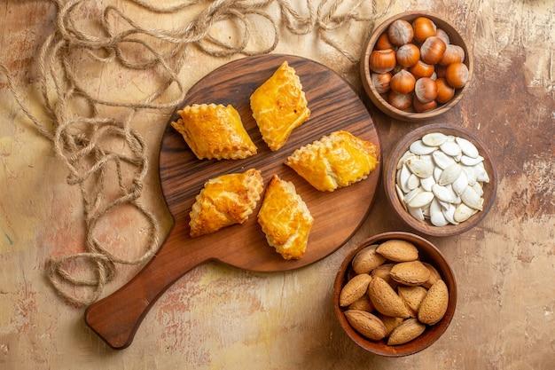 Vista dall'alto di deliziosi pasticcini a base di noci con semi e noci