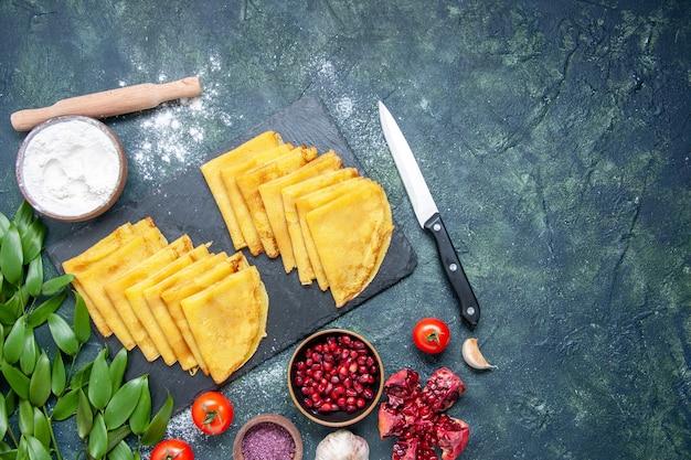 Vista dall'alto deliziose frittelle sullo sfondo blu pasta dolce torta carne colazione torta colorata cuocere pasticceria