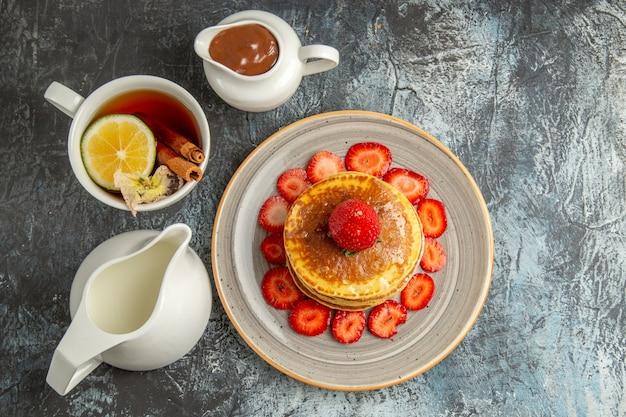 빛에 차와 과일 한잔과 함께 상위 뷰 맛있는 팬케이크