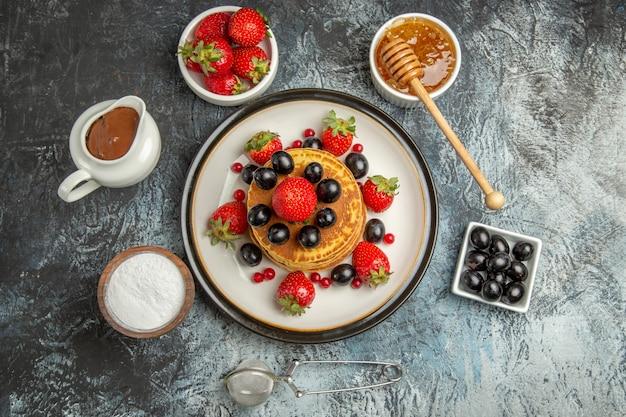 빛에 신선한 과일과 함께 상위 뷰 맛있는 팬케이크