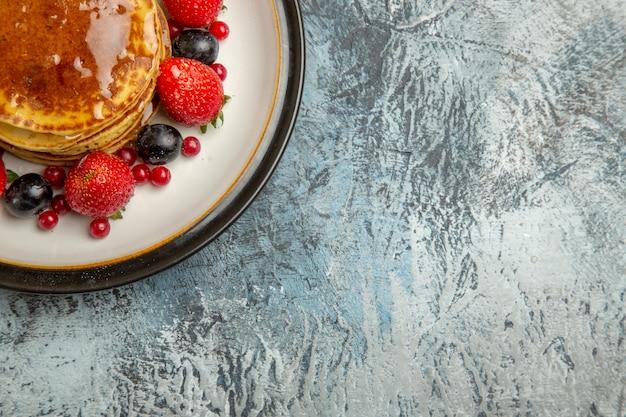 ライトにフルーツと蜂蜜のトップビューおいしいパンケーキ