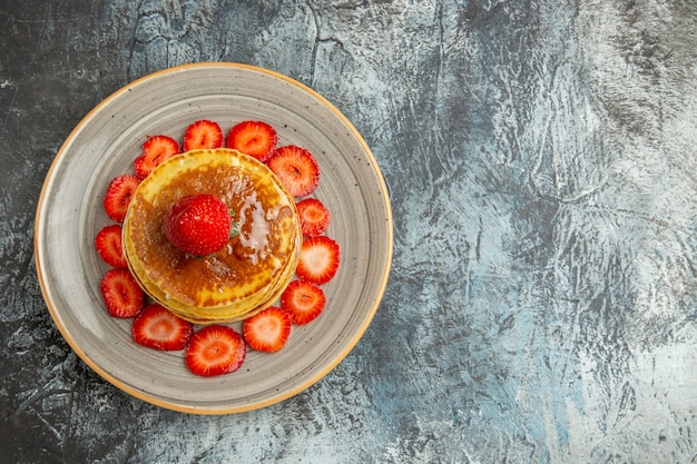 蜂蜜とイチゴの光でおいしいパンケーキの上面図