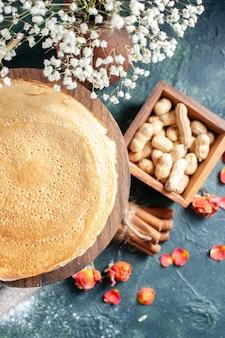 ダークブルーの背景にミルクとおいしいパンケーキの上面図デザート朝食蜂蜜ミルク甘い朝のパイケーキ