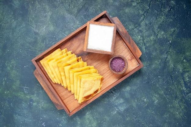 Vista dall'alto deliziose frittelle con sale su sfondo blu torta pasta dolce carne pasticceria colore torta cuocere