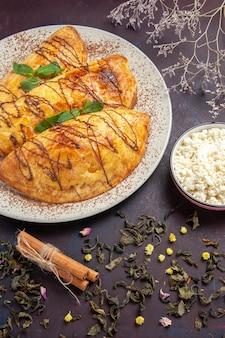 暗い背景のカッテージチーズとおいしいペストリーの上面図甘い焼きティーケーキシュガークッキー