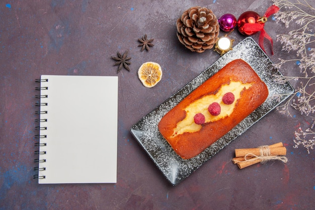 Vista dall'alto torta gustosa lunga formata su una superficie scura torta torta di zucchero torta di biscotto dolce tè biscotto