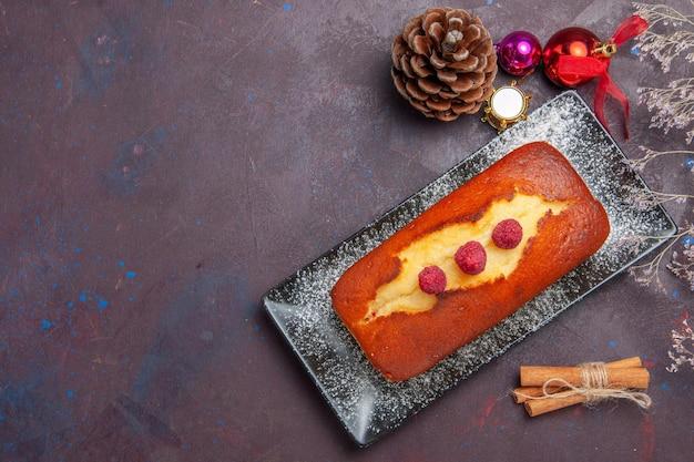 上面図暗い表面に長く形成されたおいしいパイケーキシュガークッキーパイスウィートティービスケット